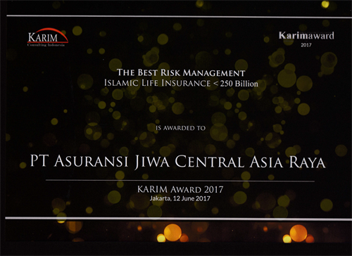 Piagam penghargaan Karim Award 2017 The Best Risk Management Islamic Life